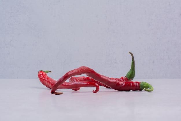 Czerwona papryczka chili na białej powierzchni.
