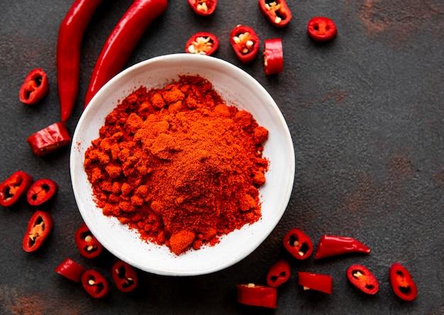 Czerwona papryczka chili, suszone chilli na ciemnej powierzchni