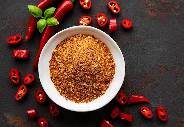 Czerwona papryczka chili, suszone chilli na ciemnym tle.