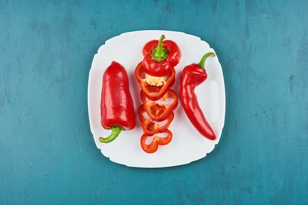 Czerwona papryczka chili w białym talerzu, widok z góry.