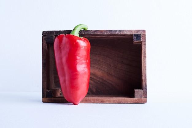 Czerwona papryczka chili w drewnianej tacy.