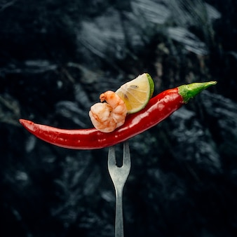 Czerwona papryczka chili z krewetkami i cytryną
