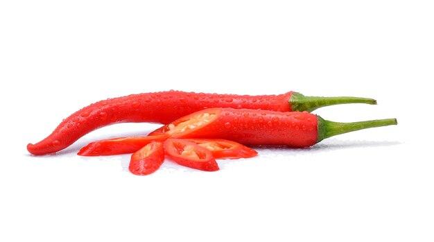 Czerwona papryczka chili z kroplami wody na białym.