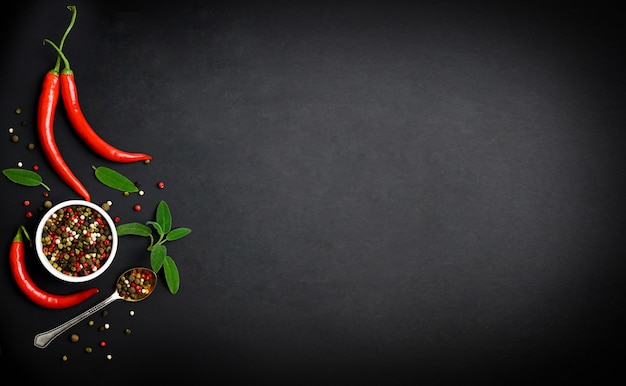 Czerwona papryka chili, czosnek i różne przyprawy na czarnym tle