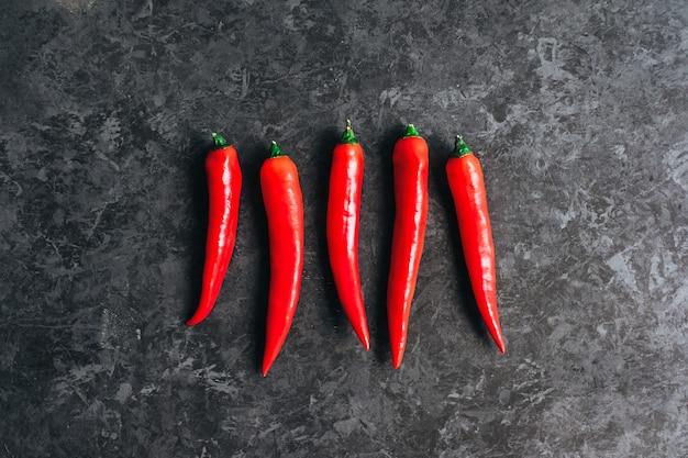 Czerwona papryka chili na białym tle na czarnym tle