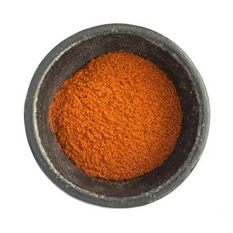 Czerwona papryka chili w proszku na białym tle