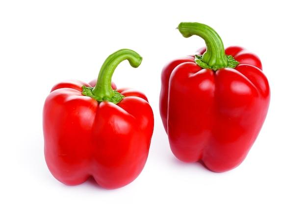 Czerwona papryka na białym tle. wysokiej jakości zdjęcie