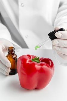 Czerwona papryka słodka i zielone chemikalia