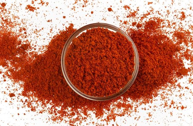 Czerwona papryka w proszku na białym tle, widok z góry