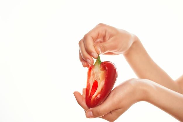 Czerwona papryka w ręku składnik do gotowania warzywa jasne tło