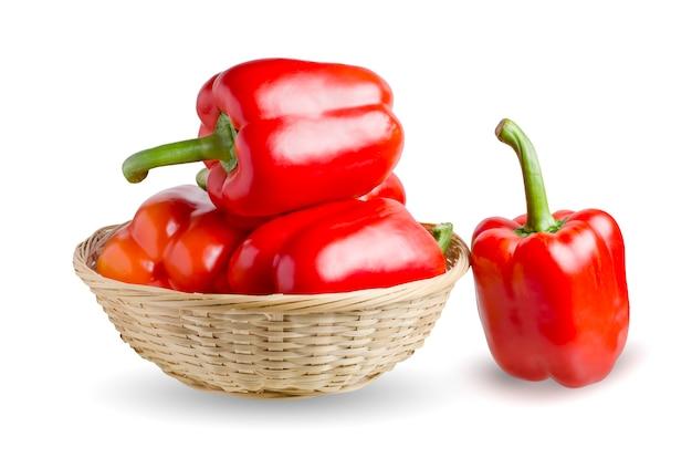 Czerwona papryka w wiklinowym koszu