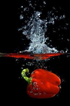 Czerwona papryka w wodzie