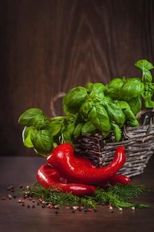 Czerwona papryka ze świeżą zieloną przyprawą