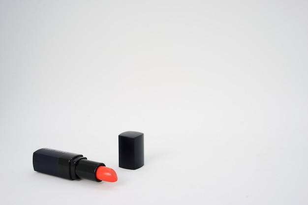 Czerwona pastelowa szminka na białym tle w tle z miejsca kopiowania