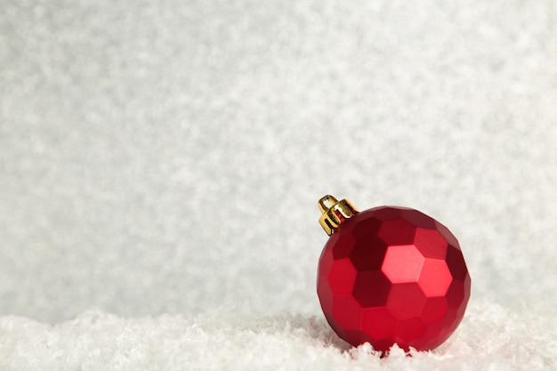 Czerwona piłka boże narodzenie na błyszczącym tle. nowy rok 2022