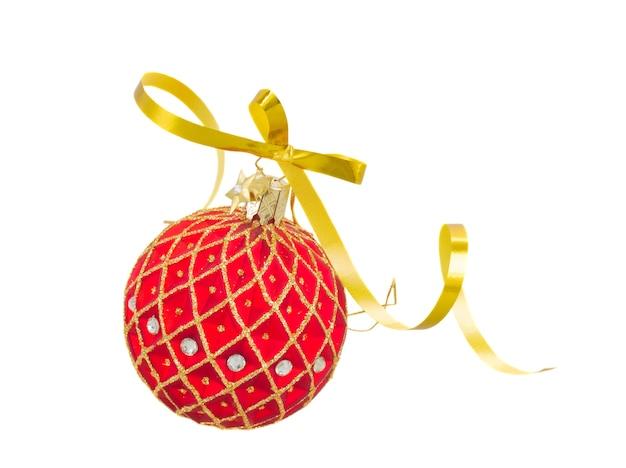 Czerwona piłka boże narodzenie z kokardą na białym tle