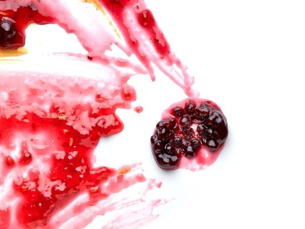 Czerwona plama dżemu jagodowego na białym tle, fragment makro widok z góry