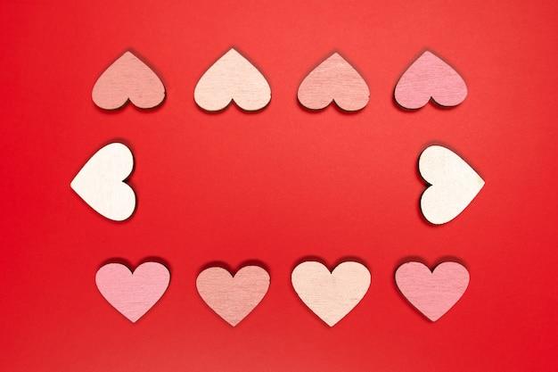 Czerwona płaska kompozycja z sercami