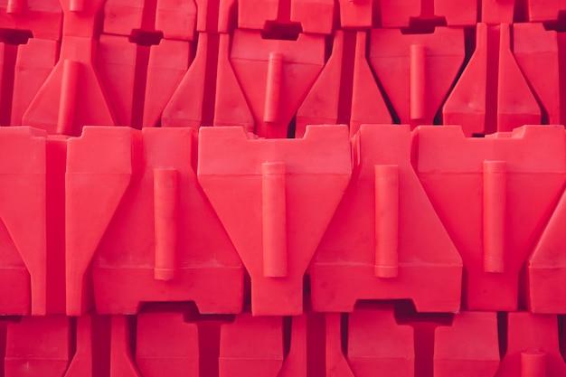 Czerwona plastikowa bariera. zapobiegaj wypadkom.