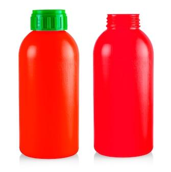 Czerwona plastikowa butelka na białym tle