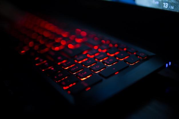 Czerwona podświetlana klawiatura z bliska. laptop do gier.