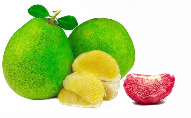 Czerwona pomelo miąższ z ziarnami odizolowywającymi. tajlandia siam rubinowy owoc pomelo. owoc cytrusowy.