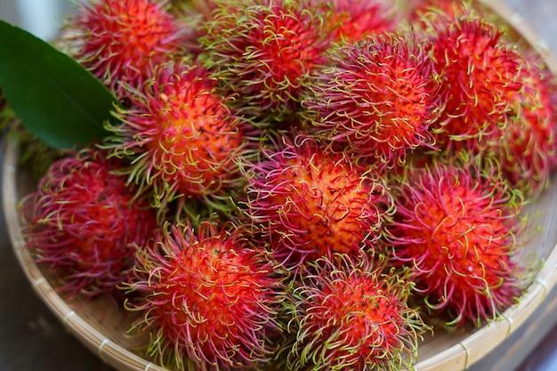 Czerwona rambutan świeżość owoc i słodki dobry smak z tajlandii ogród