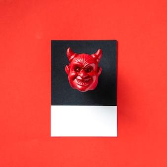 Czerwona rogata twarz zła głowa