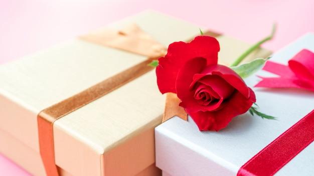 Czerwona róża i pudełko upominkowe