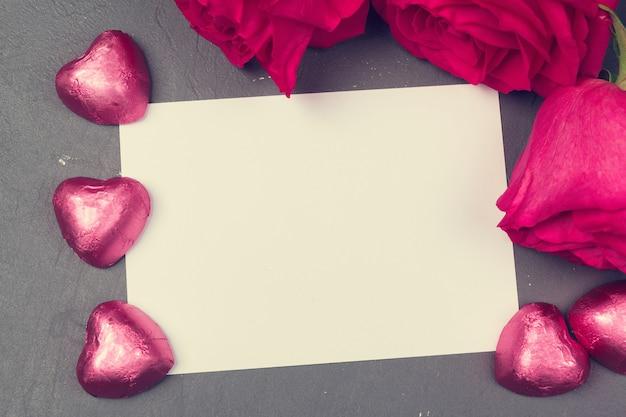 Czerwona róża i pusta karta upominkowa