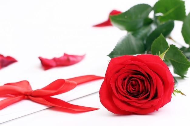 Czerwona róża i świąteczna koperta
