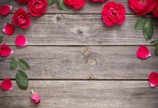 Czerwona róża na drewnianym stole