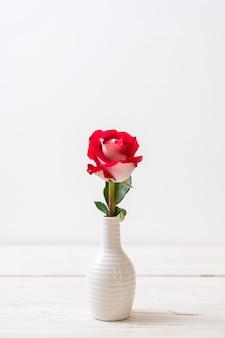 Czerwona róża na drewnie