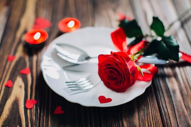 Czerwona róża na talerzu