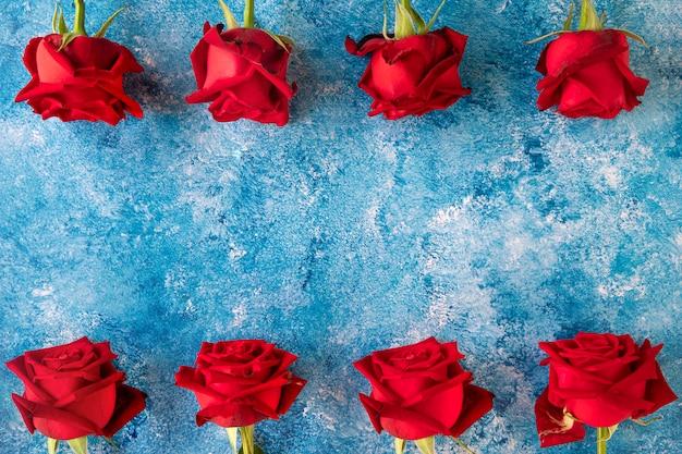 Czerwona róża na tle farby arylowej