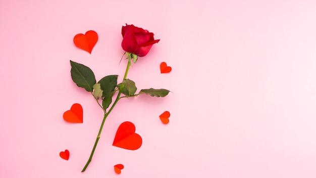Czerwona róża z czerwonym sercem papieru