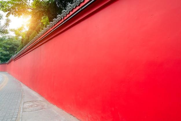 Czerwona ściana dziedzińca chińskiego klasycznego pałacu