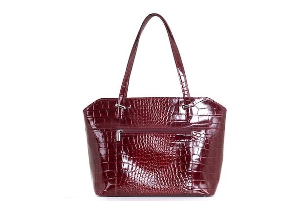 Czerwona skórzana torba damska z tyłu na białym tle