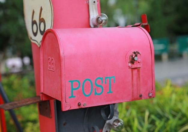 Czerwona skrzynka pocztowa