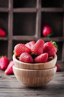 Czerwona słodka truskawka na drewnianym stole