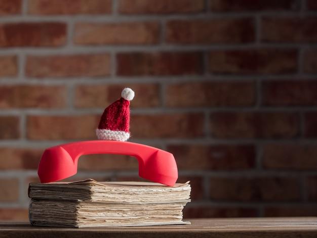 Czerwona słuchawka i stare książki