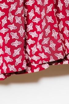 Czerwona spódnica z białym detalem z bliska