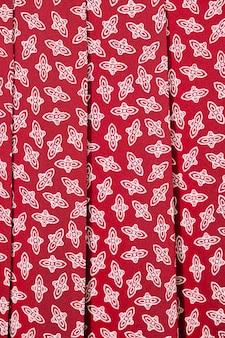 Czerwona spódnica z białymi detalami