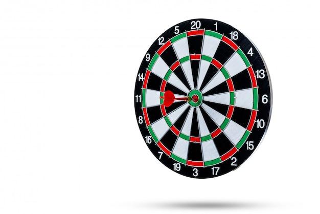 Czerwona strzałka dartująca w centrum celu to tablica do gry w rzutki na białej powierzchni