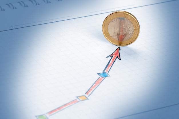Czerwona strzałka na szkicu sukcesu aspirującym do monety euro