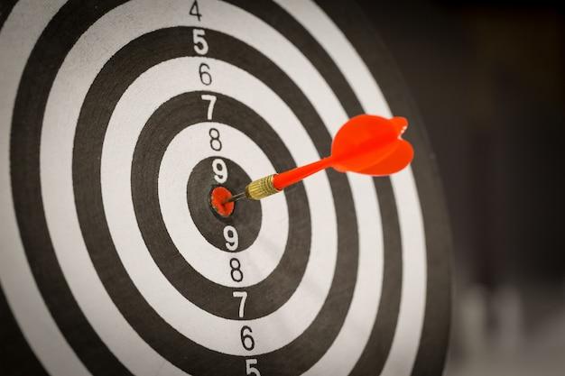 Czerwona strzałka strzałka uderza w centrum celu.