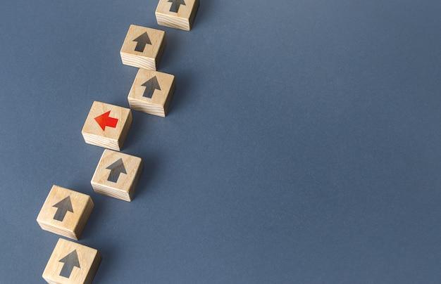 Czerwona strzałka wyróżnia się na tle innych i zmienia kierunek, aby zepsuć myślenie poza pudełkiem