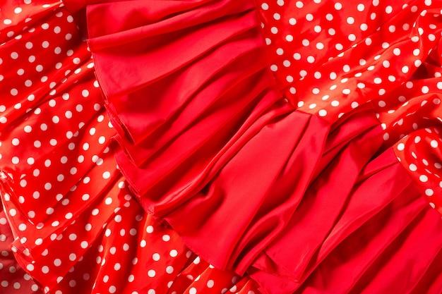 Czerwona sukienka flamenco z lokami makro