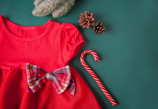 Czerwona sukienka z kokardą w kratkę, rajstopy, trzciny cukrowej na zielonym tle