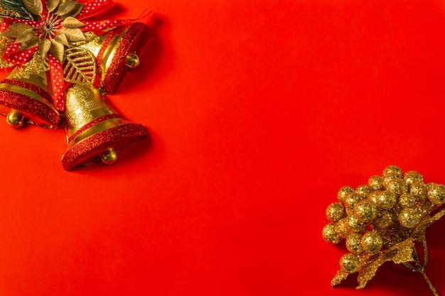 Czerwona świąteczna dekoracja pudełka na dzwonki, czerwony i złoty wieniec, bombki